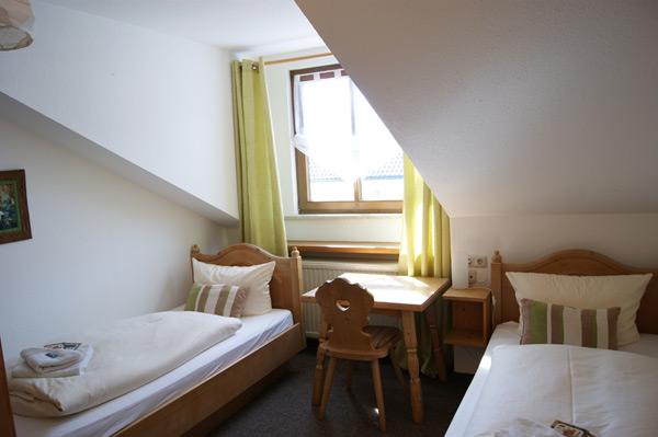 zwei bett zimmer bernachten gasthof hirsch krugzell im allg u. Black Bedroom Furniture Sets. Home Design Ideas